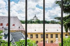 Ny slott bak ett metallstaket, Banska Stiavnica, Slovakien, Une Royaltyfri Fotografi