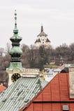 Ny slott och kyrkligt torn med klockan i Banska Stiavnica, Slov Royaltyfri Foto