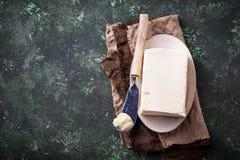 Ny smör och kniv på konkret bakgrund Royaltyfri Fotografi