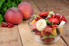 Ny smaklig fruktsallad Arkivfoton