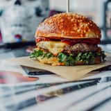Ny smaklig hamburgare med rött Arkivfoto