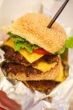 Ny smaklig hamburgare som isoleras på tabellen Arkivbild
