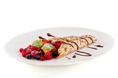 Nya smakliga hemlagade kräpppannkaka och frukter royaltyfri foto