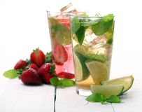 Ny smaklig jordgubbe- och mintkaramellmojito Royaltyfri Bild