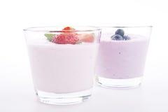 Ny smaklig kräm för skaka för jordgubbeblåbäryoghurt   Royaltyfri Bild