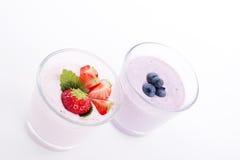 Ny smaklig kräm för skaka för jordgubbeblåbäryoghurt   Arkivbild