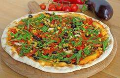 Ny smaklig pizza på träbakgrund Royaltyfri Fotografi