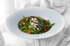 Ny smaklig sallad som göras av organiska tomater royaltyfria bilder