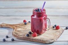 Ny smoothie med hallon och blåbär arkivfoto
