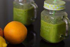 Ny smoothie och apelsin fotografering för bildbyråer