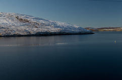 Ny snö på kullen på Shetland öar Royaltyfri Fotografi