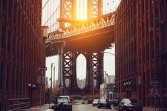 ny solnedgång york för stad Dumbo område med scenisk sikt för Manhattan bro Arkivbild