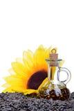 Ny solrosfröolja i en flaska som isoleras på vit Royaltyfri Foto