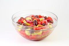 Ny sommargrönsaksallad med tomater, gurkan, paprika, cirklar för röd lök och oliv i en glass bunke Royaltyfria Foton