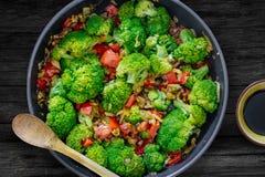 Ny sommarsallad, sauteed grönsaker och broccoli och soya Fotografering för Bildbyråer
