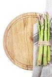 Ny sparris på träbräde med kökshandduken Royaltyfri Bild