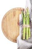Ny sparris på träbräde med kökshandduken på vita lodisar Arkivbild
