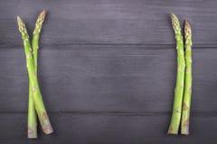 Ny sparris på trälantlig bakgrund kopiera avstånd Arkivfoto