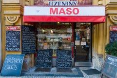 Ny stad av Prague. Slaktaren shoppar - det traditionella stället av köpstadsbor nytt kött och korvar. Arkivfoto