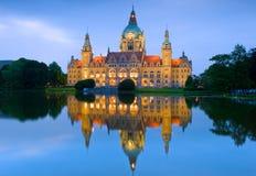 Ny stad Hall Reflections på Masch sjön i Hannover, Tyskland Royaltyfria Bilder