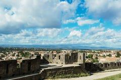 Ny stad som beskådas från det gammalt Arkivfoto