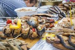 Ny stekt och bakad fisk på räknaren Royaltyfri Fotografi