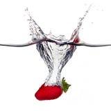 Ny Strawberrie färgstänk i vatten som isoleras på vit bakgrund Royaltyfri Fotografi