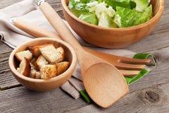 Ny sund matlagning för caesar sallad Arkivbild