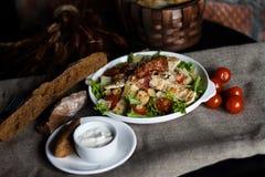 Ny sund matlagning för caesar sallad på trätabellen Top beskådar Royaltyfria Bilder