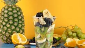 Ny sund och läcker efterrätt som göras av skivade frukter stock video