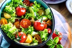 Ny sund salatbunke med tomates och gurkan royaltyfri foto