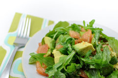 Ny sund sallad av arugula, tomat och avokado arkivbilder
