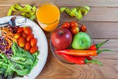 Ny sund sallad med olika frukter och grönsaker på trä Fotografering för Bildbyråer