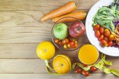 Ny sund sallad med olika frukter och grönsaker på trä Arkivfoton