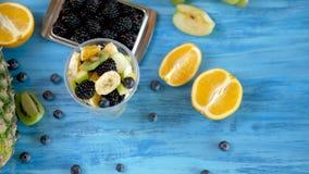 Ny sund sommar bantar av fruktsallad i plast- kopp stock video
