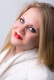 Ny sund ung kvinna på en brunnsort Arkivfoto
