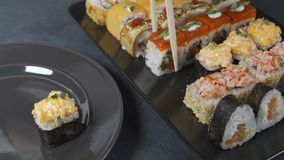 Ny sushi på den svarta tabellen i rörelse lager videofilmer