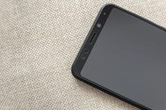 Ny svart modern mobiltelefon som isoleras p? ljus bakgrund f?r torkdukekopieringsutrymme Modern teknologi, kommunikation och grej fotografering för bildbyråer