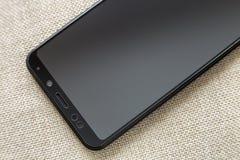 Ny svart modern mobiltelefon som isoleras p? ljus bakgrund f?r torkdukekopieringsutrymme Modern teknologi, kommunikation och grej royaltyfria foton