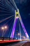 Ny Taipei stad, Taiwan - APRIL 6: Ny Taipei bro den längsta symmetriska blivna bron i Asien Bron som tänds på natten med vehic Royaltyfria Foton