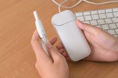 Ny teknik av elektroniska cigaretter, system av uppvärmning av till Fotografering för Bildbyråer