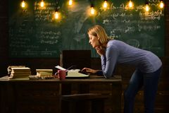 Ny teknik i modern skola Forskning för privat kriminalare information tillbaka skola till Fundersam författare Kvinnan skriver Royaltyfria Bilder