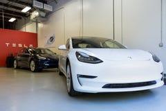 Ny Tesla modell 3s inom det Tesla lagret i Raleigh, NC Fotografering för Bildbyråer