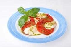 Ny tomat med ost Arkivfoton