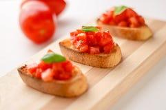 Ny tomatbruschetta royaltyfri fotografi