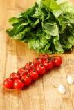 Ny tomater, vitlök och grönsallat Arkivfoto
