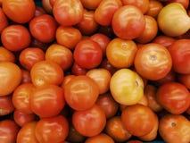 Ny tomattextur i korgen på marknaden, foto som tas av mobiltelefonkameran Royaltyfri Fotografi