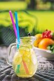 Ny tropisk eller sommarlemonad med citronen, limefrukt och is i exponeringsglas, dryck som isoleras på vit bakgrund arkivfoto