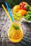 Ny tropisk eller sommarlemonad med citronen, limefrukt och is i exponeringsglas, dryck som isoleras på vit bakgrund royaltyfri foto