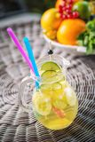 Ny tropisk eller sommarlemonad med citronen, limefrukt och is i exponeringsglas, dryck som isoleras på vit bakgrund arkivfoton